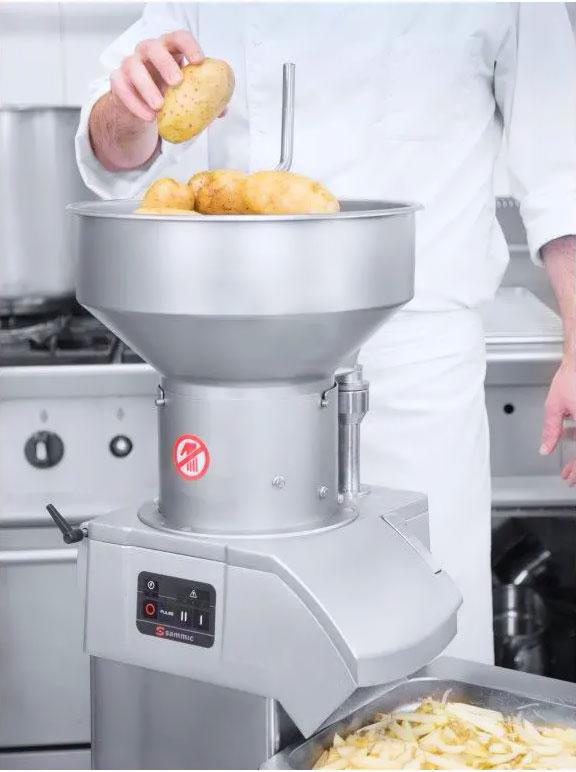 Krojenie ziemniaków w szatkownicy do warzyw