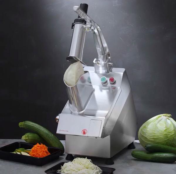 Główka kapusty w szatkownicy do warzyw